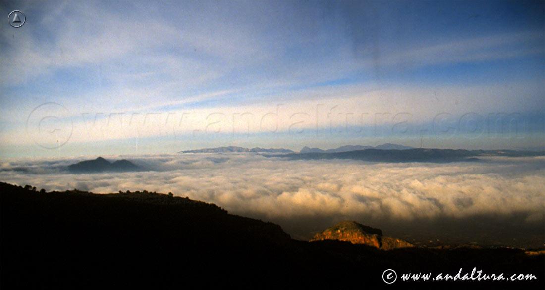 Mar de nubes y pequeña llovizna sobre la Vega de Granada, al fondo Sierra Tejeda, Almijara y Alhama