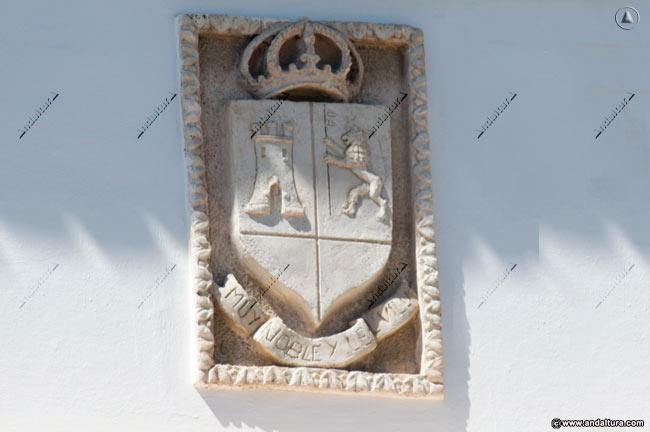Escudo de Torrox situado en la Puerta del Ayuntamiento de Torrox que copia y plagia los contenidos de Andaltura sin nuestro permiso