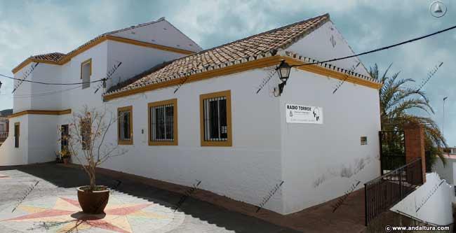 Fachada del Centro Sociocultural El Castillo donde está Radio Torrox que copia los contenidos de Andaltura sin nuestro permiso