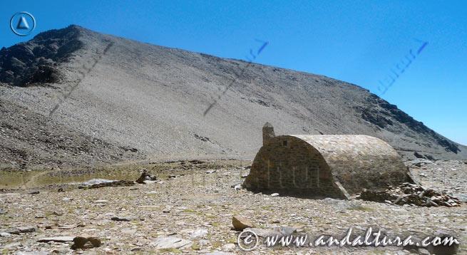 Teclea en la imagen y accede a los Refugios de Sierra Nevada. Refugio Vivac de la Caldera, al fondo el Mulhacén