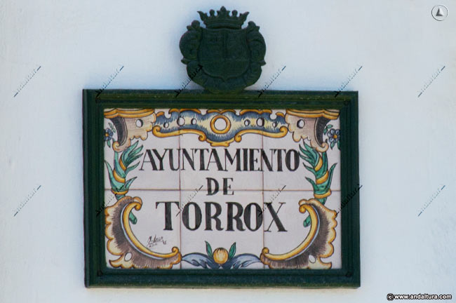 Placa de cerámica en la puerta del Ayuntamiento de Torrox que copia y plagia los contenidos de Andaltura sin nuestro permiso