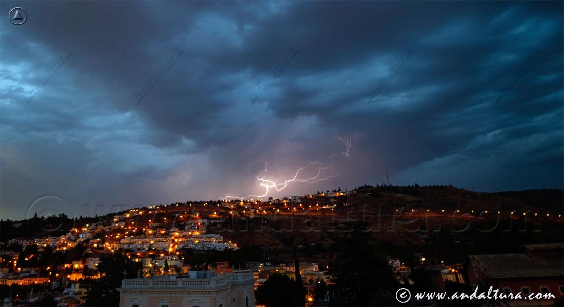 Clima de Andalucía - Relámpago sobre la ciudad de Granada-