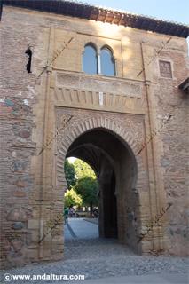La Alhambra y el Generalife: Acceso exterior de la Puerta del Vino
