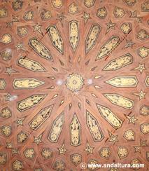 La Alhambra y el Generalife: Techo de madera decorado en la entrada al Palacio de Comares