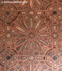 La Alhambra y el Generalife: Techo de madera en la Sala de la Barca