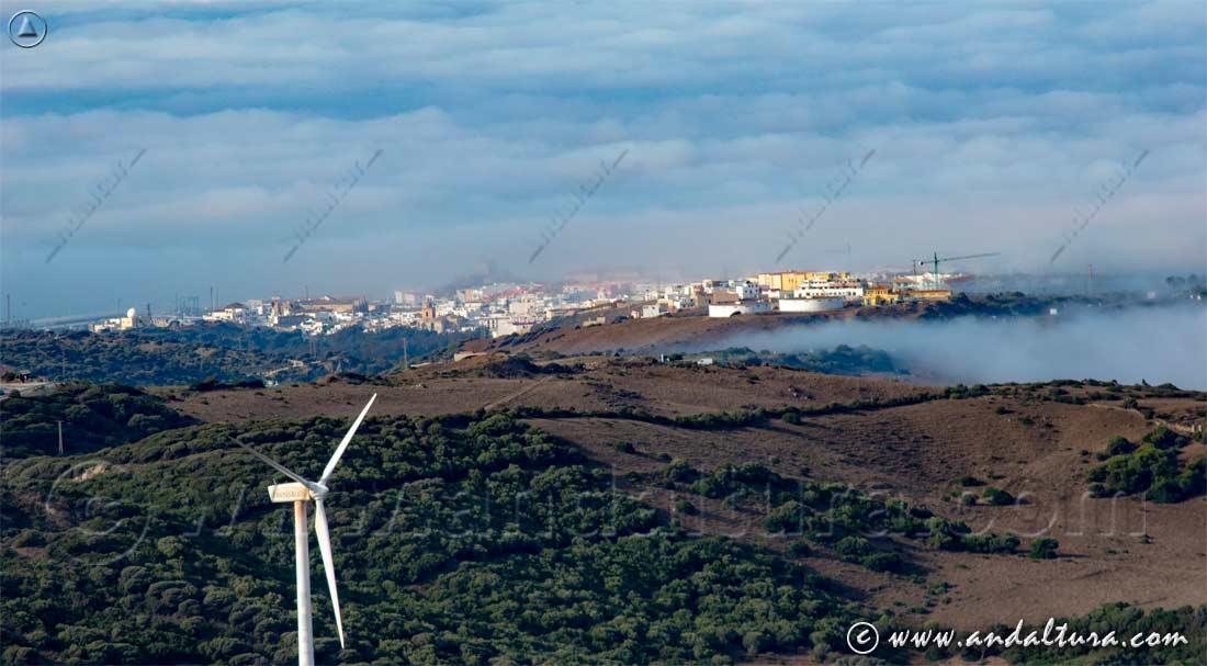 Nubes bajas y niebla matutina sobre Tarifa