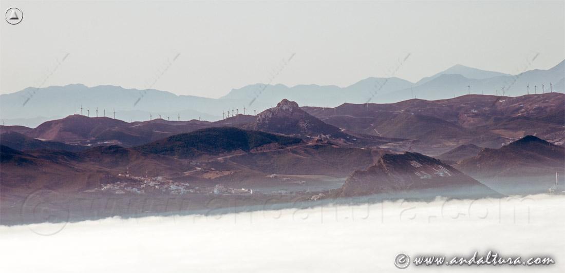 Nubes bajas en el Estrecho de Gibraltar, al fondo Tánger