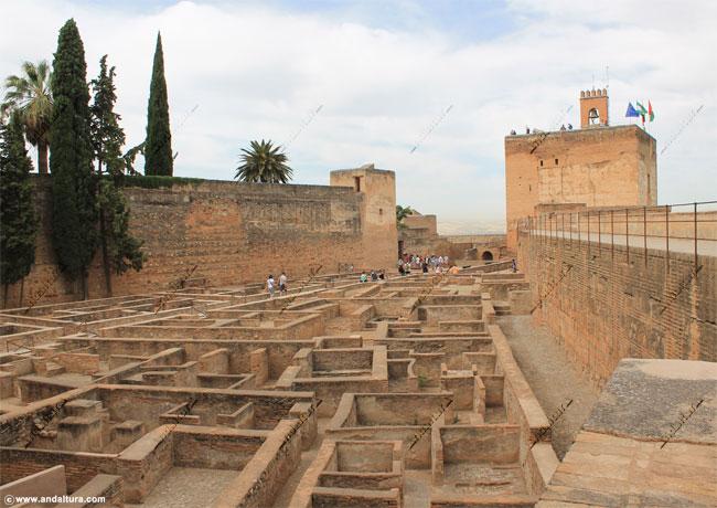 La Alhambra y el Generalife: Plaza de Armas - La Alcazaba -