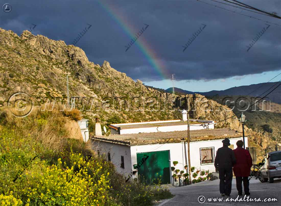 Arco iris sobre la localidad de Cástaras