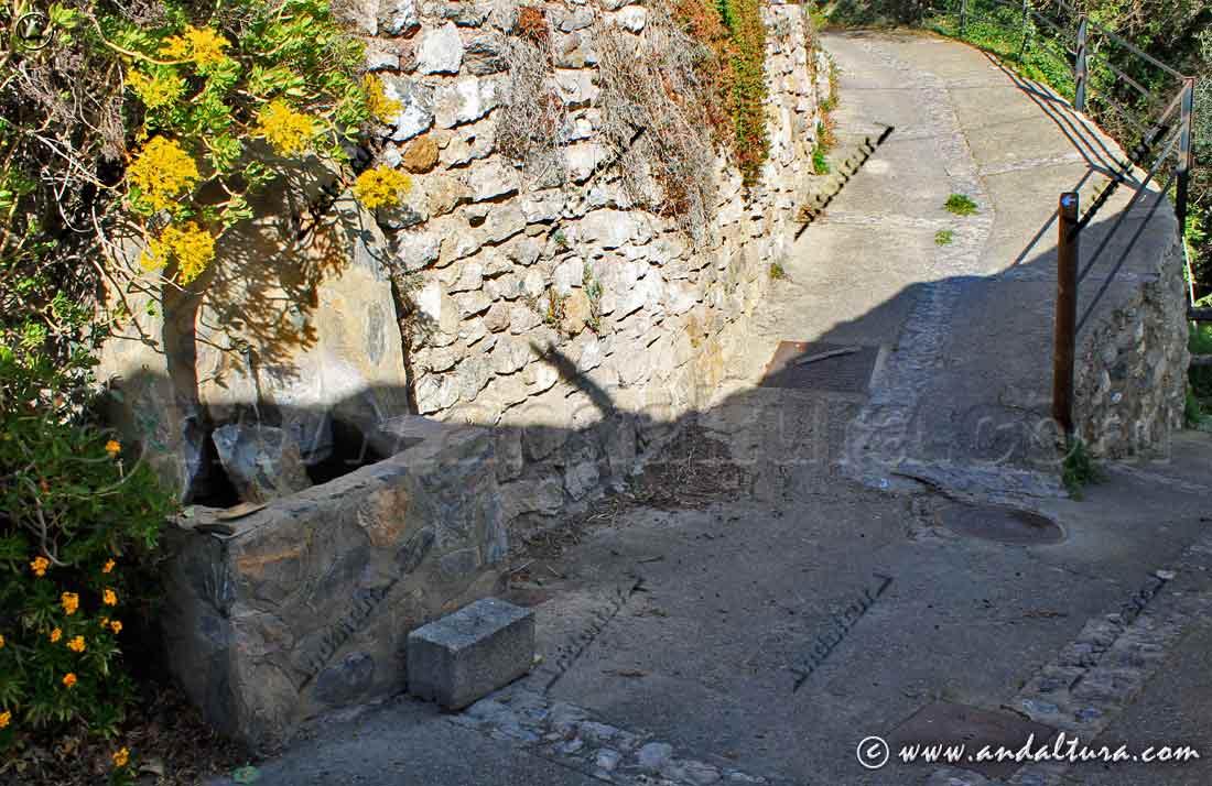 Fuente y calle de salida del Barrio Alto de Cástaras