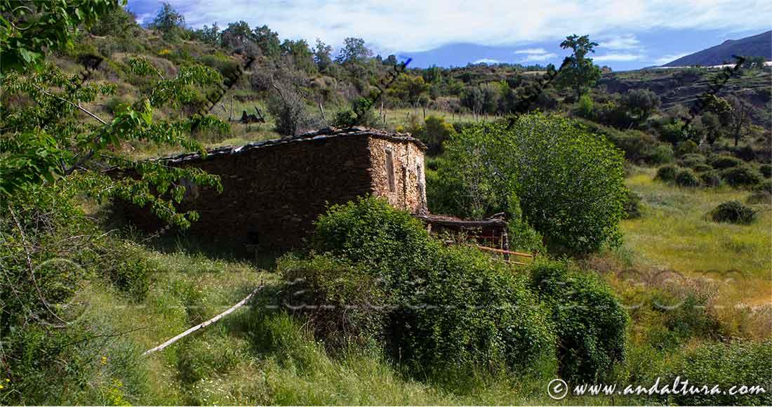 Cortijo abandonado descendiendo al río Trevélez