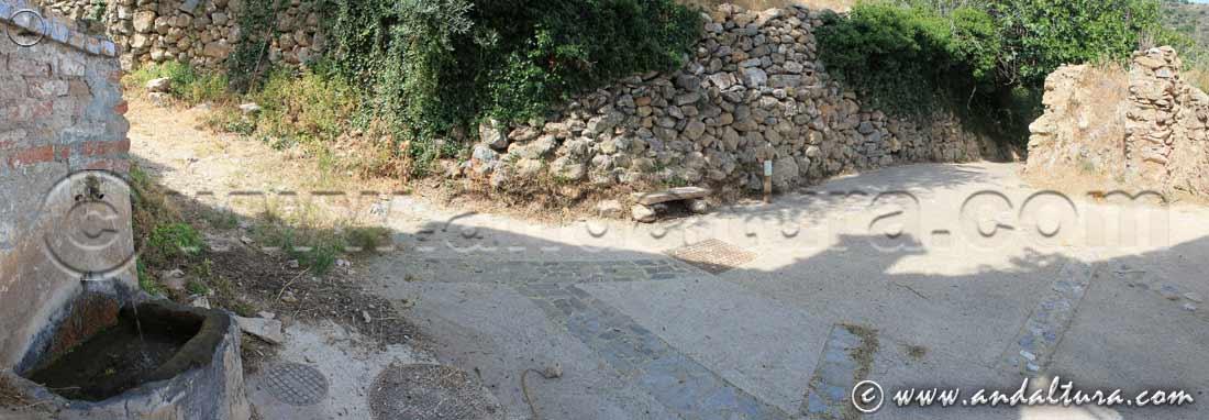 Fuente y estaca indicativa de la Ruta Medieval de la Alpujarra