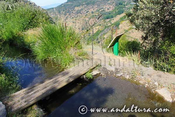 Puente de madera sobre la Acequia de Almegíjar o de Trevélez