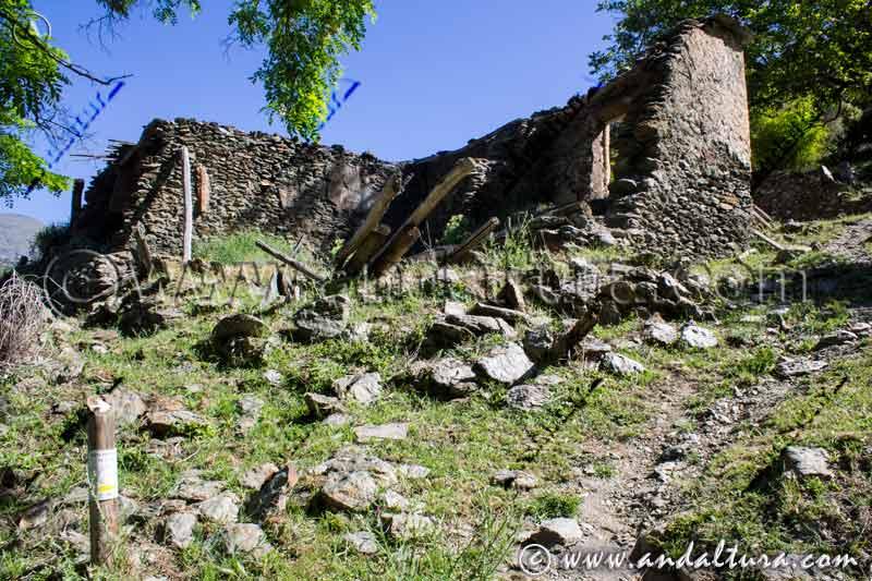 Señal y Ruinas junto a la vereda de la Ruta Medieval de la Alpujarra