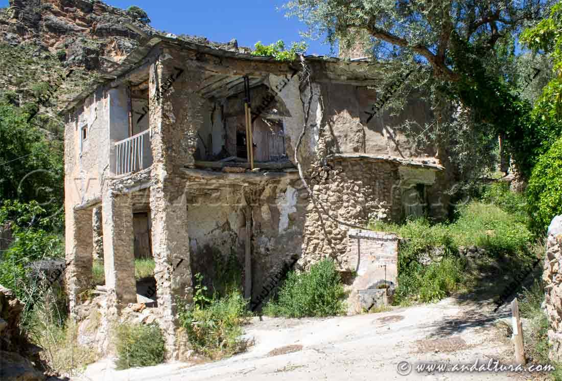 Fuente junto a las primeras ruinas al llegar al Barrio Alto de Cástaras