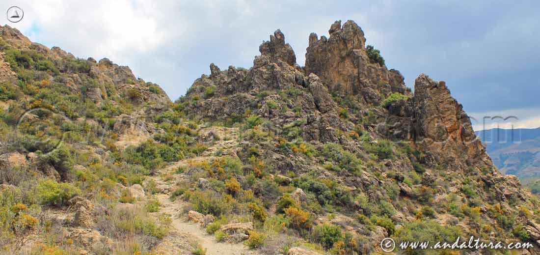 Vereda entre rocas hacia la localidad de Juviles