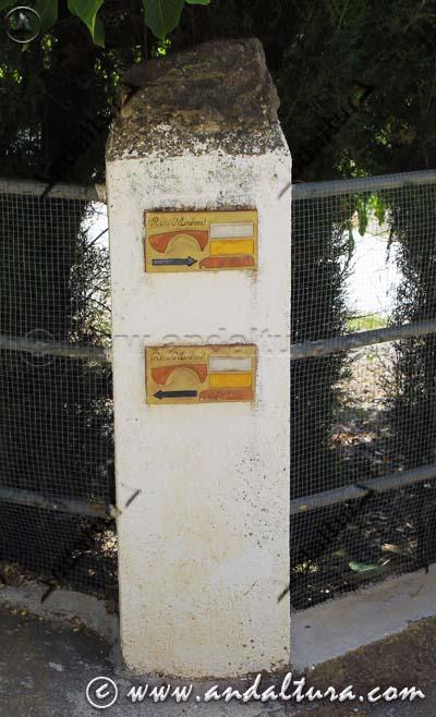 Señales indicativas de la Ruta Medieval por la Alpujarra en Juviles