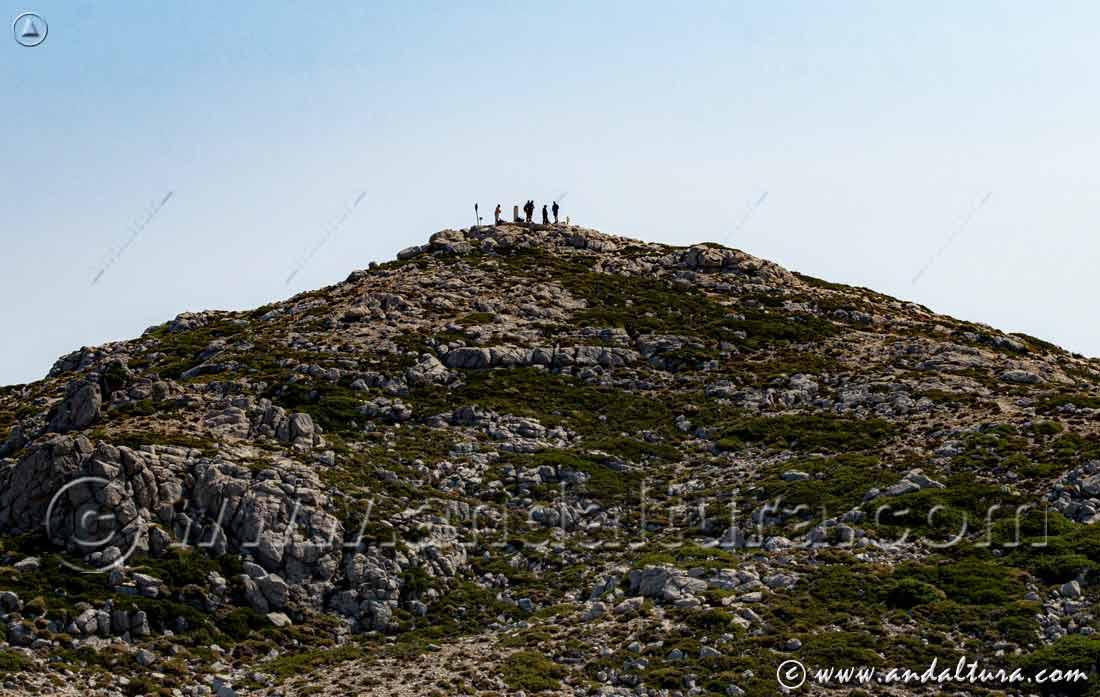 Senderistas en la Cota más alta de Jaén, el Vértice Geodésico Mágina